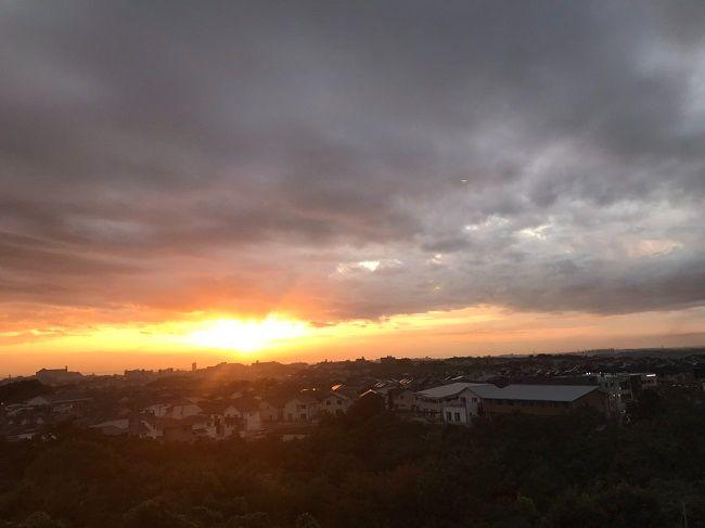 郊外の夕日