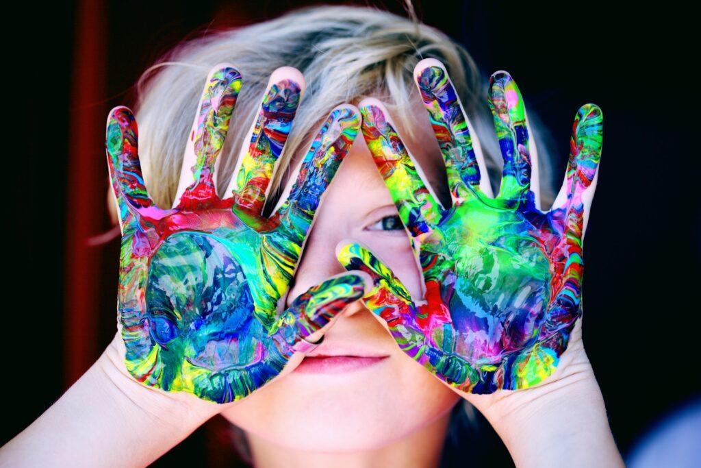 子供の絵の具だらけの手