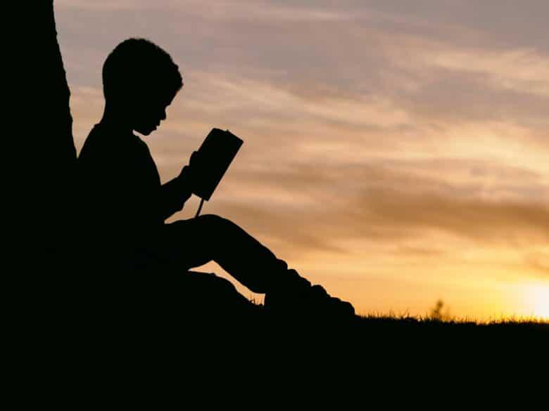 夕日と子供と読書