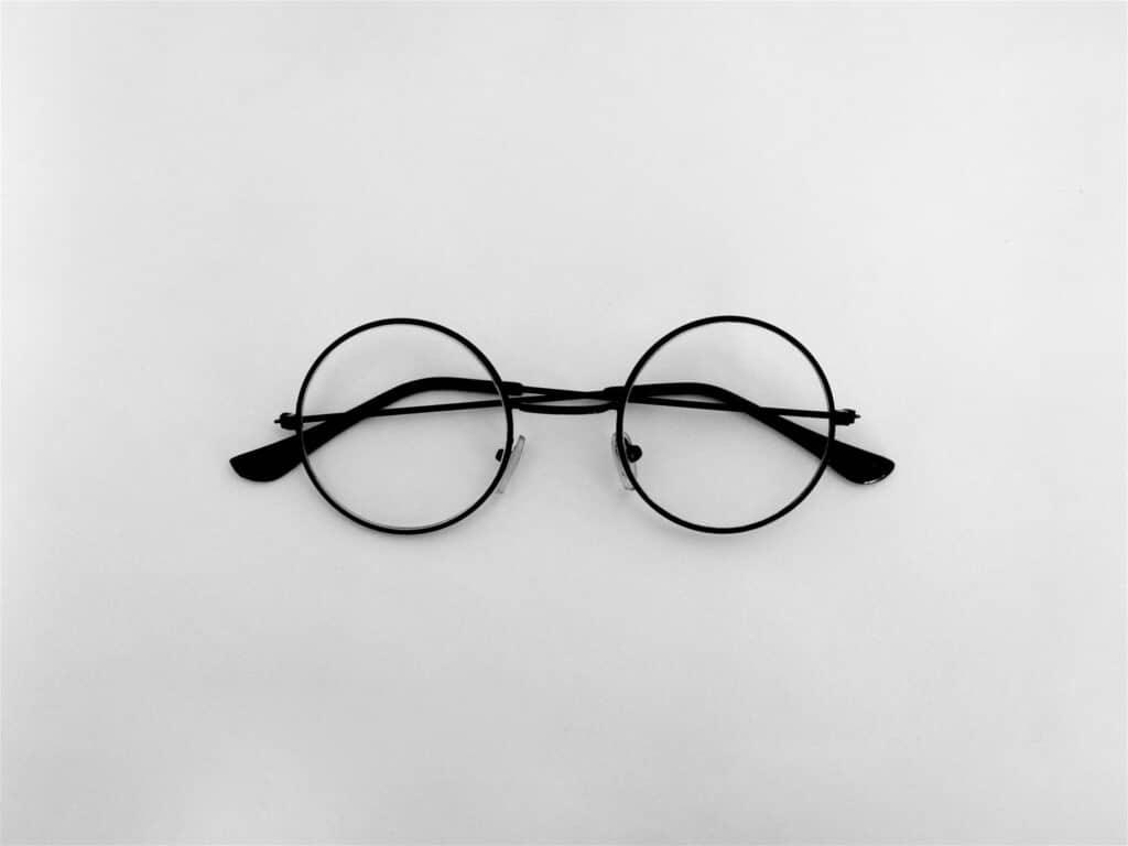 黒い丸眼鏡