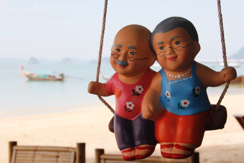 海と老夫婦の人形