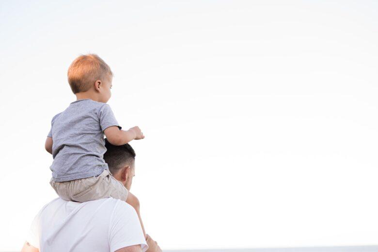 子供を肩車する父親