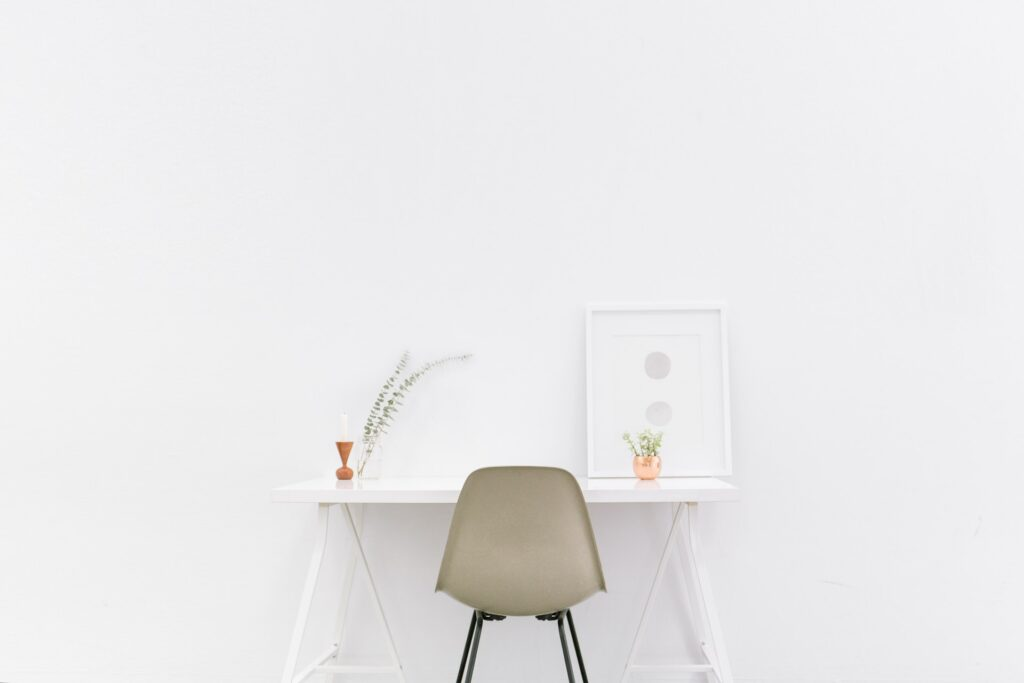 スローライフ.白い部屋.白い机.シンプルなミニマリストの部屋