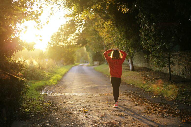 朝日を浴びて歩く女性