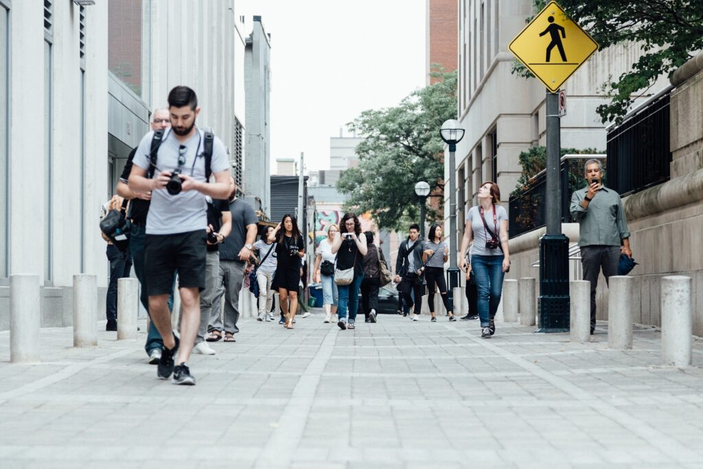 スローライフ.日中の都会を歩く人々