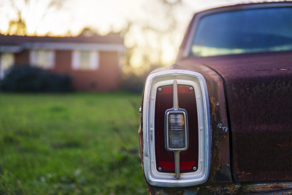 駐車した車のテールランプのアップ画像