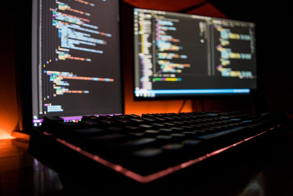 パソコンでツールを開発している様